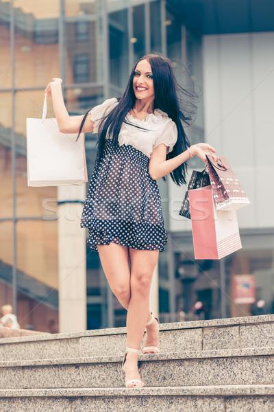 Wesoły dziewczyna uśmiechnięty młoda kobieta zakupy Zdjęcia stock © MilanMarkovic78