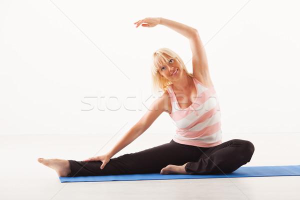 Yoga testa ginocchio posa bella donna matura Foto d'archivio © MilanMarkovic78