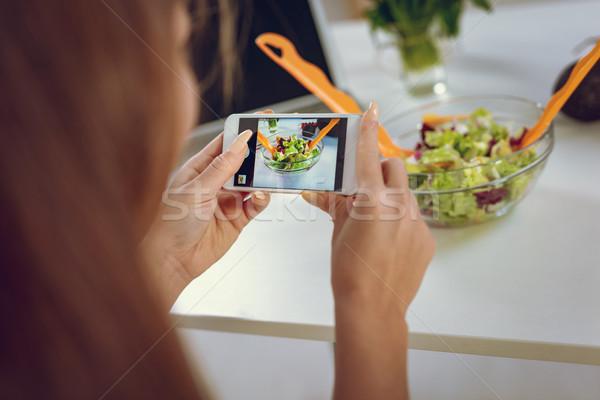 étel blogger fókuszált munka közelkép fiatal nő Stock fotó © MilanMarkovic78