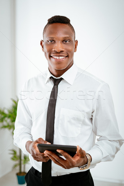 Afryki biznesmen uśmiechnięty cyfrowe tabletka Zdjęcia stock © MilanMarkovic78
