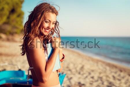 élvezi naplemente portré csinos fiatal mosolygó nő Stock fotó © MilanMarkovic78