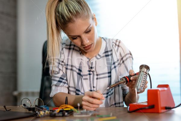 Tudományos projekt fiatal nő technikus fókuszált javítás Stock fotó © MilanMarkovic78