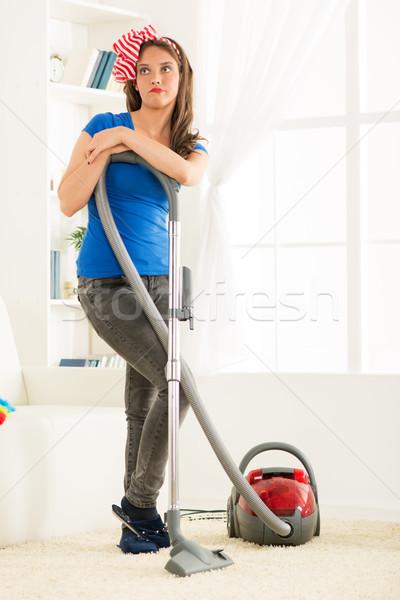 Háziasszony porszívó fiatal áll dől fáradt Stock fotó © MilanMarkovic78