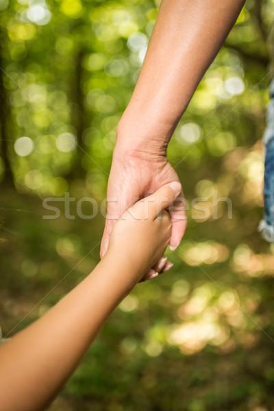 Együtt örökké közelkép kéz a kézben anya lánygyermek Stock fotó © MilanMarkovic78