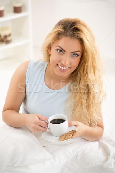Jóreggelt aranyos fiatal nő ébredés reggel iszik Stock fotó © MilanMarkovic78