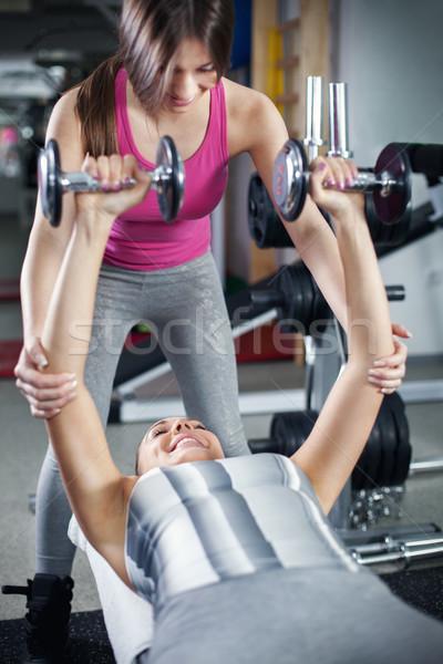 Personal trainer cute jonge vrouw oefening fitness Stockfoto © MilanMarkovic78