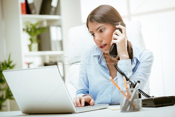 Dolgozik elkötelezettség fókusz töprengő fiatal nő asztal Stock fotó © MilanMarkovic78