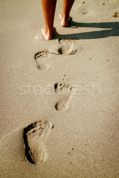 Voetafdrukken zand onherkenbaar vrouw benen Stockfoto © MilanMarkovic78