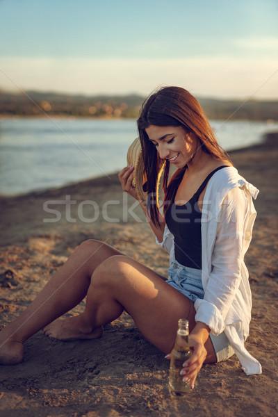 Zomer alle behoefte jonge vrouw strohoed ontspannen Stockfoto © MilanMarkovic78