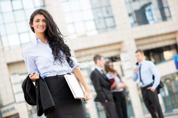 Atrakcyjny młodych kobieta interesu stałego biurowiec zespół firmy Zdjęcia stock © MilanMarkovic78