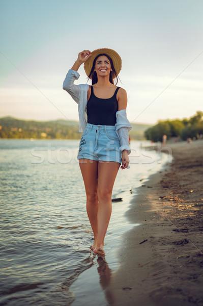 Tengerpart ki enyém boldog fiatal mosolygó nő Stock fotó © MilanMarkovic78