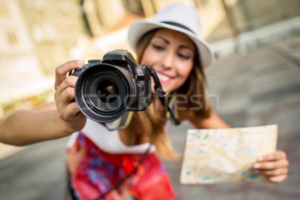 Gyönyörű nő turista közelkép gyönyörű fiatal lány tart Stock fotó © MilanMarkovic78
