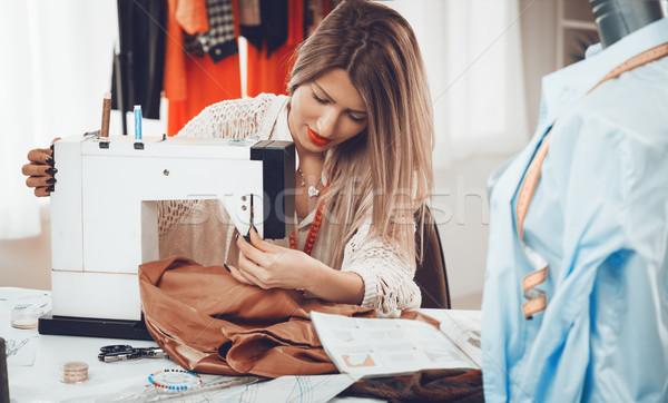 Fiatal divat designer gyönyörű lány varrógép konzerv Stock fotó © MilanMarkovic78
