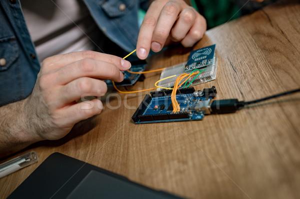 Mérnök dolgozik nyáklap közelkép férfi kezek Stock fotó © MilanMarkovic78