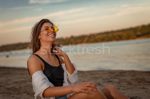 Liefde uit hier jonge vrouw zonnebril ontspannen Stockfoto © MilanMarkovic78