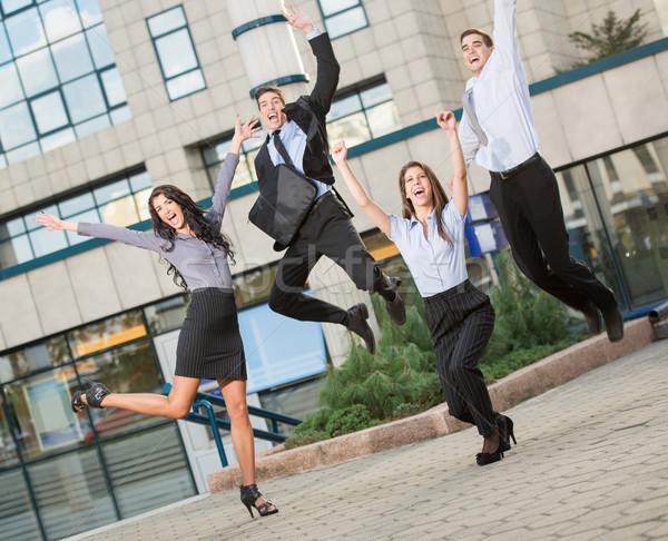 Młodych ludzi biznesu skok grupy wesoły biurowiec Zdjęcia stock © MilanMarkovic78