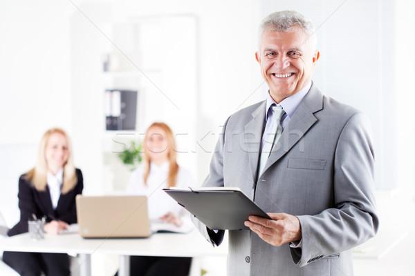 Altos empresario feliz documentos pie oficina Foto stock © MilanMarkovic78
