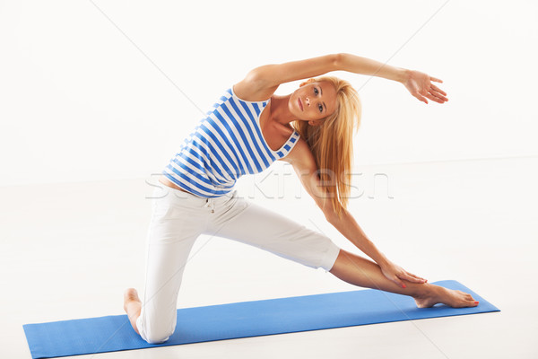 Ioga portão pose bela mulher fitness fundo branco Foto stock © MilanMarkovic78