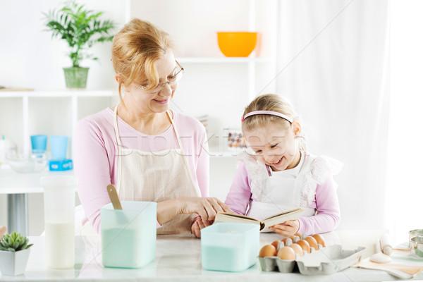 Grootmoeder kleindochter keuken mooie gelukkig lezing Stockfoto © MilanMarkovic78