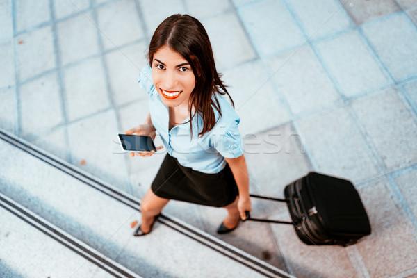 Nő repülőtér fiatal gyönyörű üzletasszony sétál Stock fotó © MilanMarkovic78