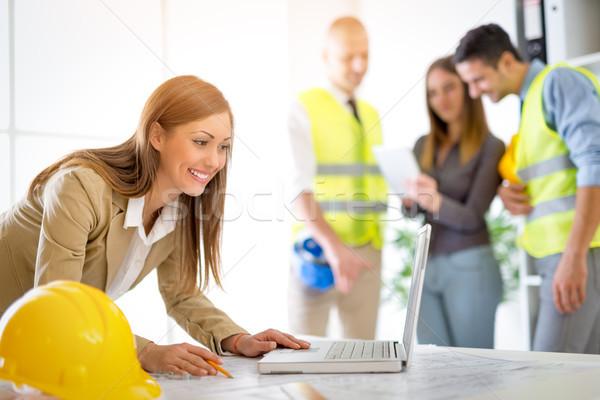 Stock fotó: Női · építész · mosolyog · fiatal · nő · laptop · iroda