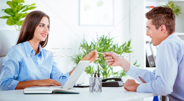 Foto stock: Parceiros · de · negócios · jovem · pessoas · de · negócios · sessão · discutir · secretária