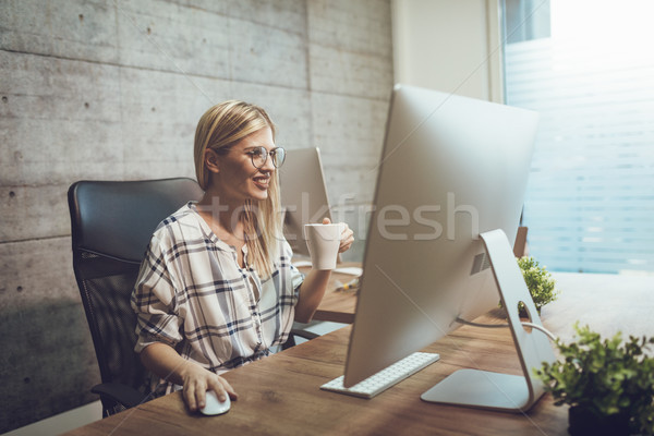 Online profiel jonge cute gelukkig freelance Stockfoto © MilanMarkovic78