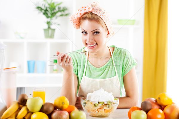 Vruchtensalade mooie jonge vrouw eten slagroom keuken Stockfoto © MilanMarkovic78