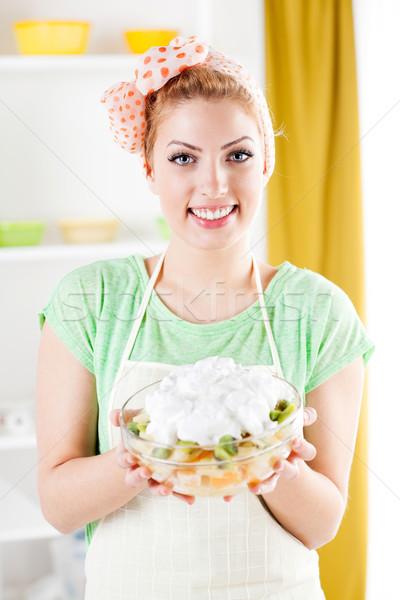 Mulher jovem salada de frutas belo cozinha olhando câmera Foto stock © MilanMarkovic78
