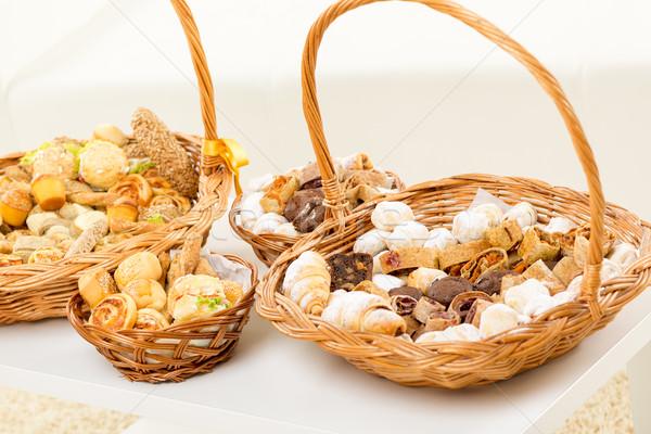 Bakkerij producten mand vol heerlijk Stockfoto © MilanMarkovic78