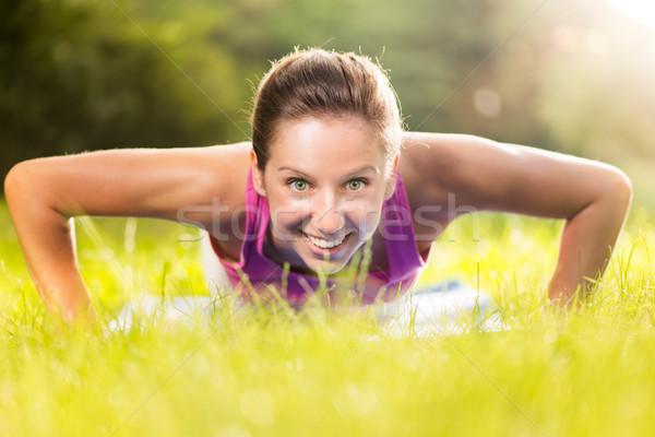 Testmozgás fekvőtámaszok aranyos fiatal nő fekvőtámasz park Stock fotó © MilanMarkovic78
