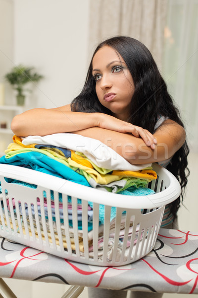 Strijken vervelen jonge vrouw mand wasserij meisje Stockfoto © MilanMarkovic78