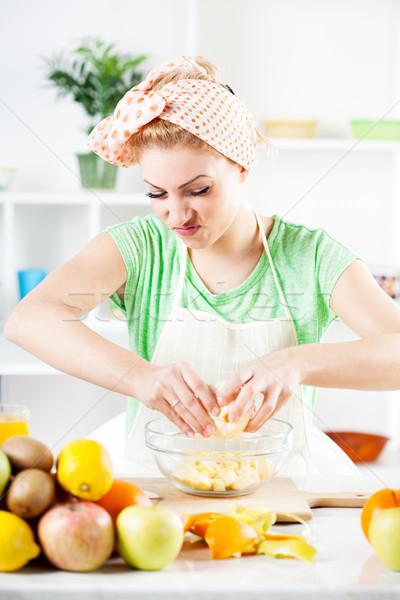 Fiatal nő gyümölcssaláta gyönyörű narancs saláta konyha Stock fotó © MilanMarkovic78