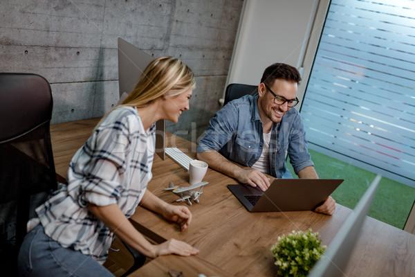 Innovativo strumenti giovani di successo utilizzando il computer portatile ufficio Foto d'archivio © MilanMarkovic78