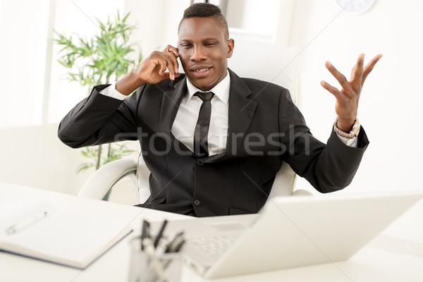 ストックフォト: アフリカ · ビジネスマン · 怒っ · オフィス · 携帯電話 · ノートパソコン