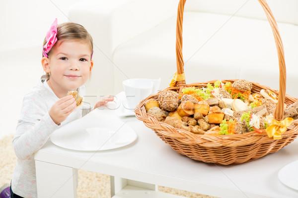 Aranyos kislány sütemény kicsi mosolyog lány Stock fotó © MilanMarkovic78