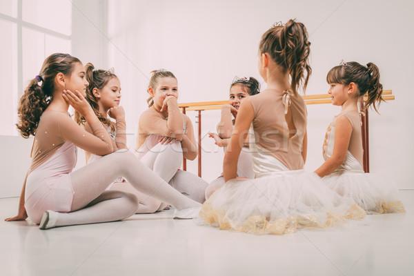 Foto stock: Pequeno · grupo · meninas · vestidos · quebrar