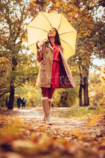 Bonheur parapluie heureux femme jaune marche Photo stock © MilanMarkovic78