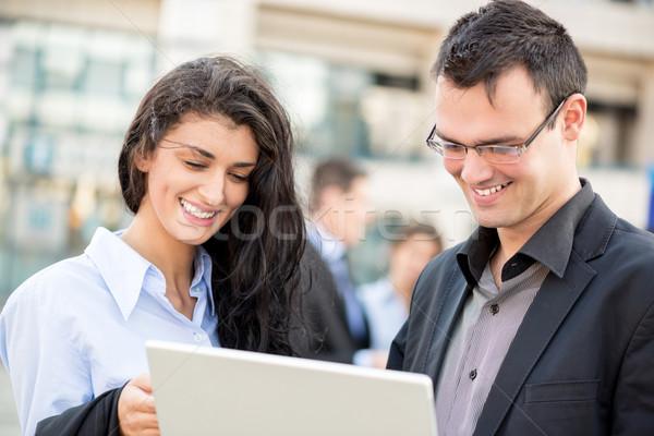 Jeunes collègues souriant affaires femme d'affaires immeuble de bureaux Photo stock © MilanMarkovic78