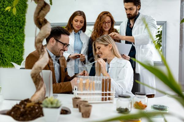 Tudós megvizsgál minták növények egyetem kolléga Stock fotó © MilanMarkovic78