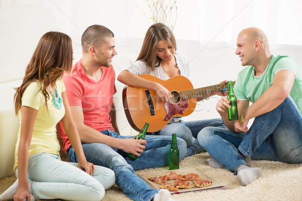 ストックフォト: 友達 · 絞首刑 · 外に · 4 · ギター