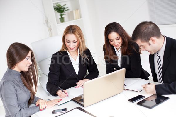 Zespół firmy cztery szczęśliwy ludzi biznesu mówić biuro Zdjęcia stock © MilanMarkovic78