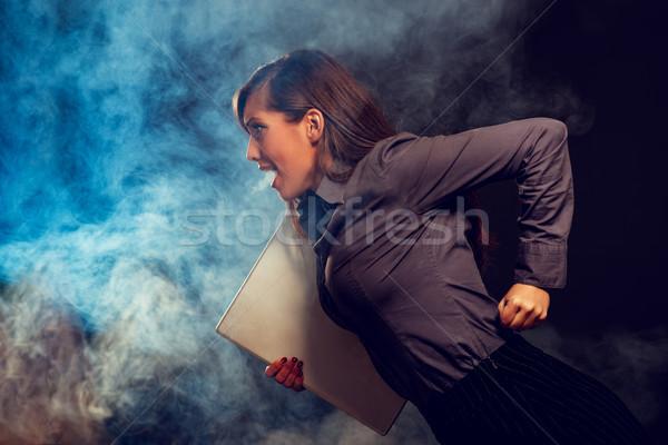 Sürgős hangsúlyos üzletasszony fut laptop sötét Stock fotó © MilanMarkovic78