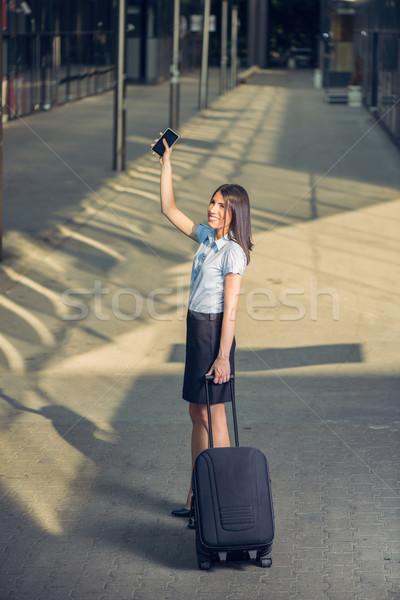 üzletasszony utazó fiatal gyönyörű üzletasszony sétál Stock fotó © MilanMarkovic78