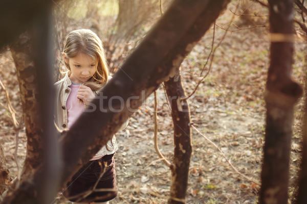 Perdu petite fille arbres triste visage regardant vers le bas Photo stock © MilanMarkovic78