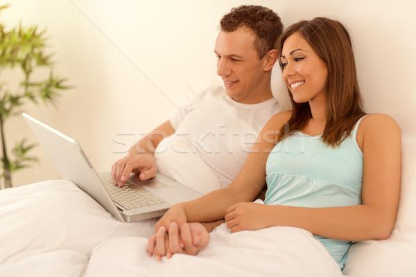 Paar Laptop schönen jungen lächelnd genießen Stock foto © MilanMarkovic78