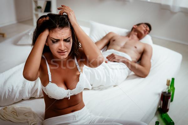 Qué jóvenes decepción mujer sesión cama Foto stock © MilanMarkovic78