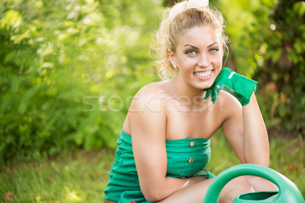 Hermosa niña jardinero sonriendo jardín Foto stock © MilanMarkovic78