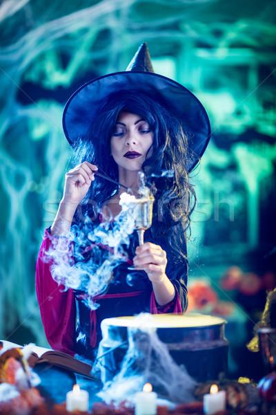 Magia jovem bruxa sério cara arrepiante Foto stock © MilanMarkovic78