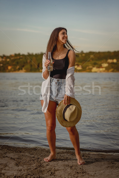 Zonnige uit glimlacht portret jonge glimlachende vrouw Stockfoto © MilanMarkovic78